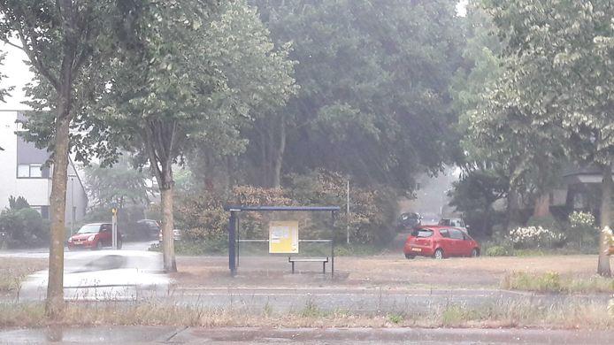 Een stevige hagelbui in Ede.