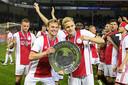 Frenkie de Jong en Donny van de Beek van Ajax met de schaal. Ajax is kampioen.