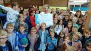 Basisschool van Houwaart houdt het dorp proper en vangt een mooie cheque van 489 euro