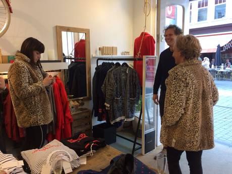 Stijn kiest vrouwenjas met panterprint na discriminatie bij Zara Breda