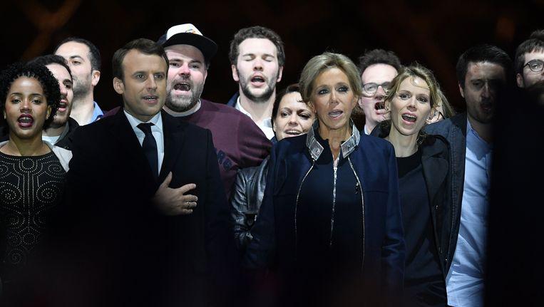 Emmanuel Macron beklom het podium met zijn vrouw en haar kinderen. En dan was er plots die man achter Macron, met basketbalpetje op...