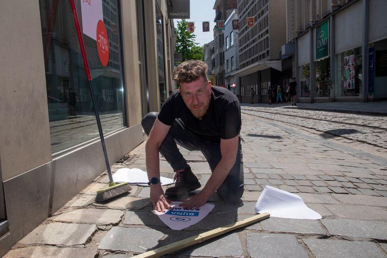 Johan Braet kleeft de binnenstad vol Gentse neuzen om de mensen op de correcte afstand te wijzen.
