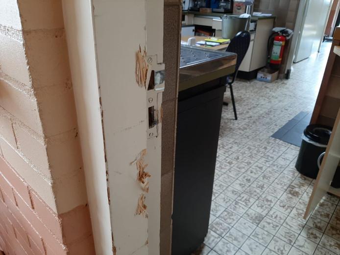 De deur van dorpshuis Ons Huis in Well is met grof geweld opengebroken.