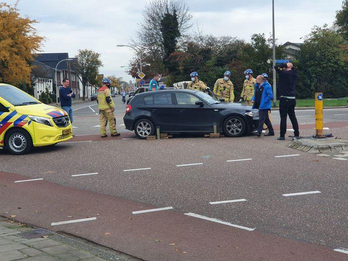 Twee auto's botsten op elkaar op de kruising Twekkelerweg-Breemarsweg in Hengelo.