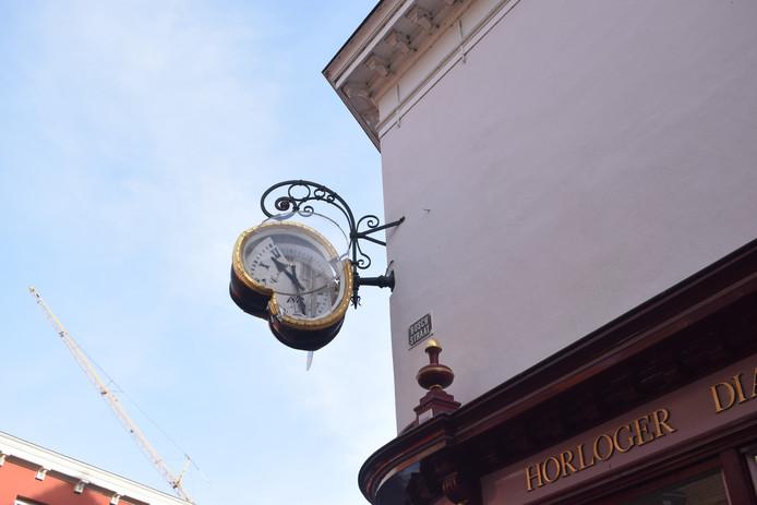 De klok hing al zeker honderd jaar aan de Bergse gevel.