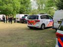 Politie vlakbij de plaats waar het stoffelijk overschot van Bart van Betuw is aangetroffen.