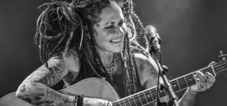 Op de fiets met zangeres Dilana van concert naar concert: 'Dichter bij een artiest kun je haast niet komen'