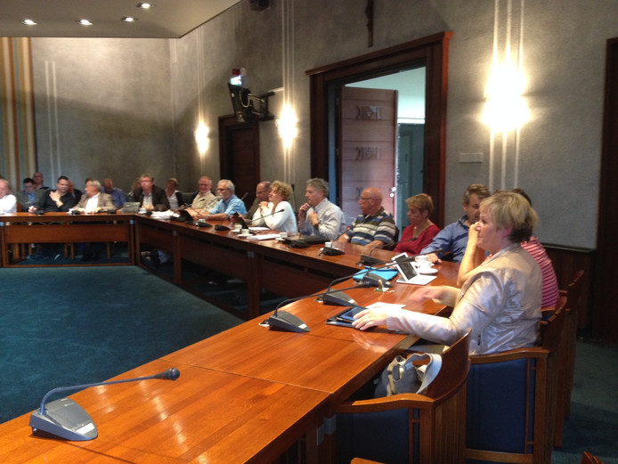 Fractievoorzitters uit Veghel, Rooi en Sint-Oedenrode in de raadzaal van Schijndel