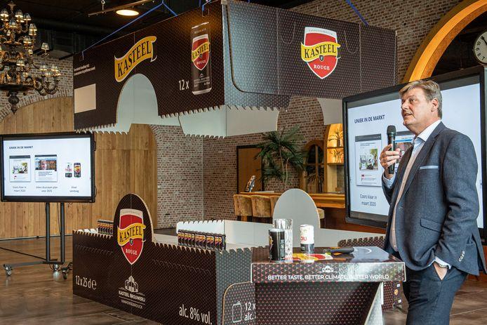 Brouwerij Van Honsebrouck lanceert een duurzame bierblikkenlijn. Hierbij een uitvergrote versie van de nieuwe kartonnen verpakkingen.