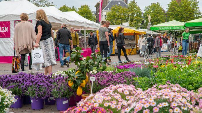 De markt in Deventer op archiefbeeld.