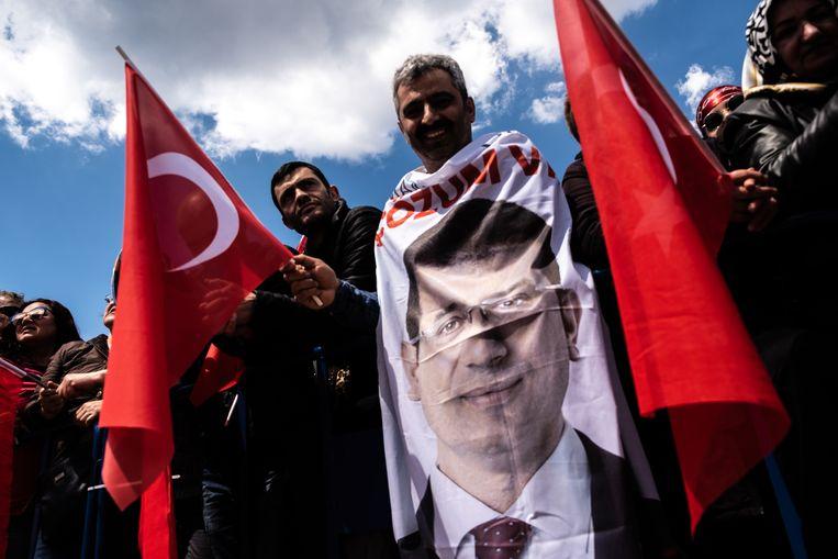 CHP- aanhangers zwaaien zondag 21 april een vlag met het portret erop van Ekrem Imamoglu, hun hoop in bange dagen. Beeld Joris van Gennep