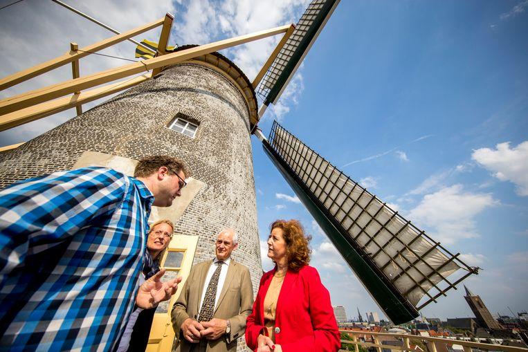 Minister Ingrid van Engelshoven van Onderwijs, Cultuur & Wetenschap geeft het officiële startsein van de 46ste Nationale Molendag op molen De Vrijheid. Beeld ANP