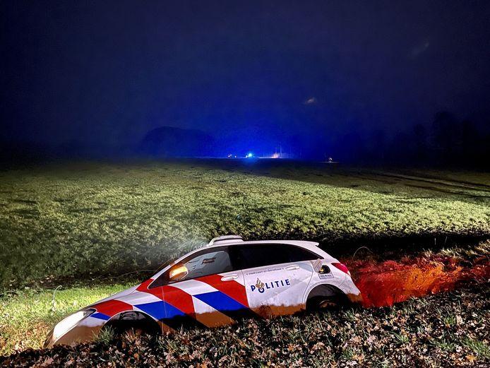 Een politieauto belandde in de sloot.