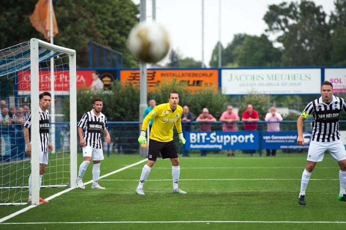 Robbert te Loeke houdt zicht op de bal bij een hoekschop.