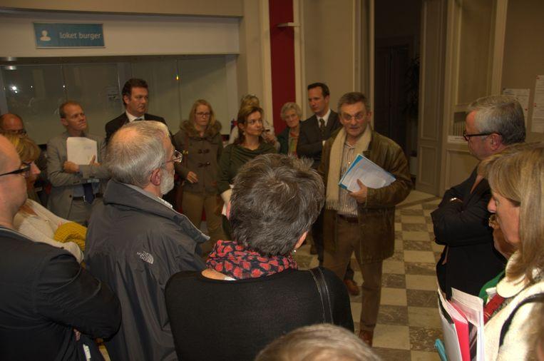 Bewoner Christiaan De Wilde herstelt de communicatie met burgemeester De Pauw en schepen Leirens.