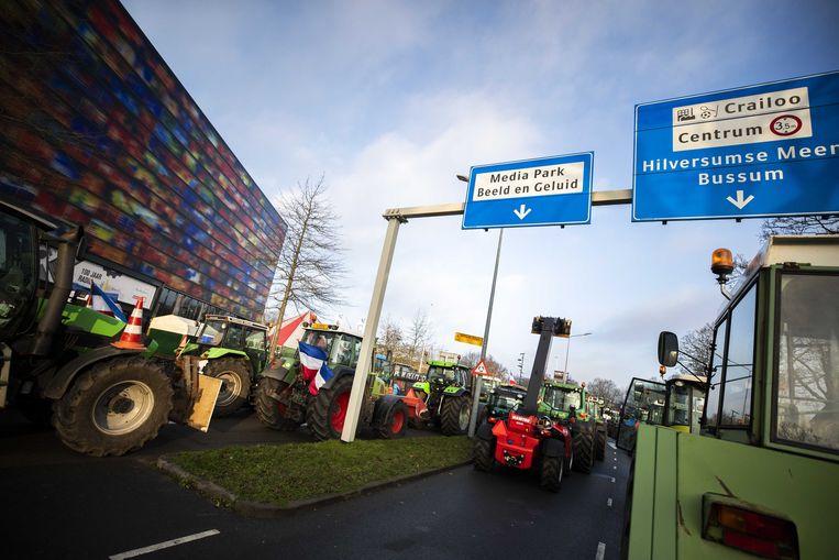 De toegang van  het Mediapark is volledig geblokkeerd, gemeente Hilversum heeft opgeroepen niet naar de stad te komen.  Beeld ANP