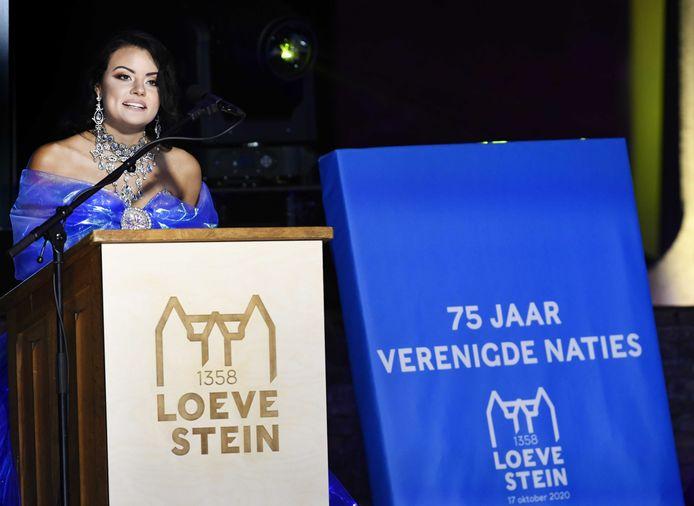 Miss World Nederland, Brenda Muste tijdens de nationale opening van het 75-jarige bestaan van de Verenigde Naties, op slot Loevestein. De VN werden opgericht in het jaar dat Nederland bevrijd werd. In heel het land wordt stilgestaan bij de oprichting van de organisatie.