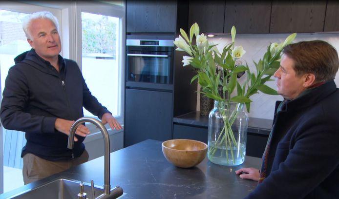 Bob en Martijn Krabbé in de nieuwe, ruime keuken.