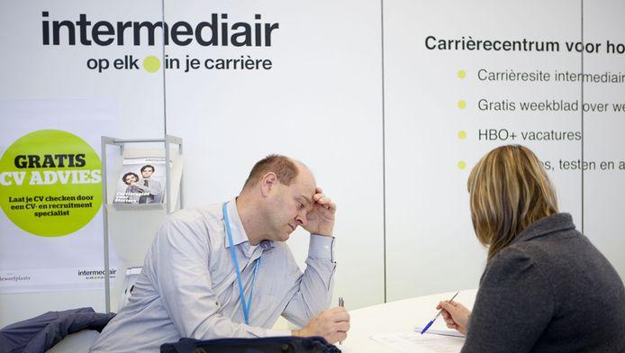Werkzoekenden en werkgevers bij een stand van Intermediair ijdens de Nederlandse Carrieredagen in de Amsterdamse RAI, in 2010.