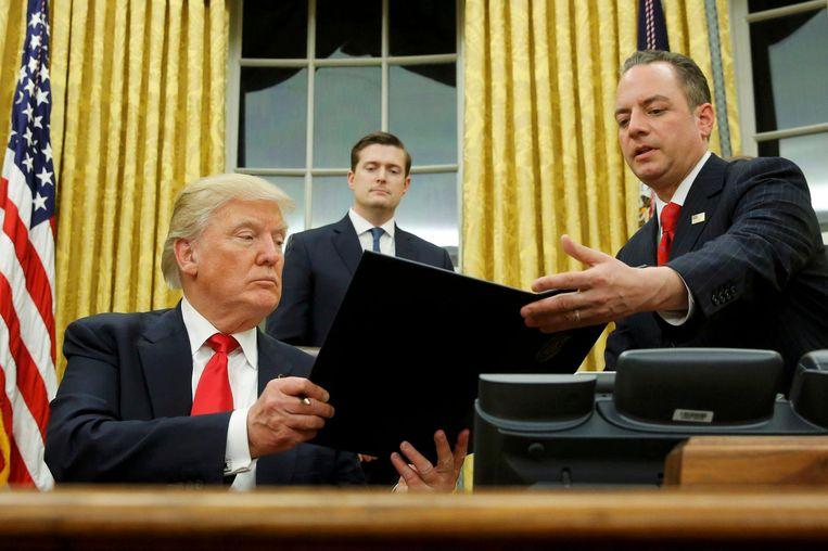 Trump overhandigt decreet gericht tegen Obamacare. Beeld reuters