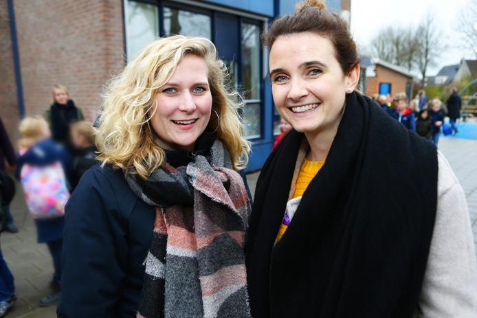 Leerkrachten Femke Ewijk (links) en Mandy Blom tijdens het lawaaiprotest.