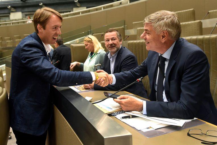 Sam Van Rooy begroet Filip Dewinter in het Vlaams Parlement.