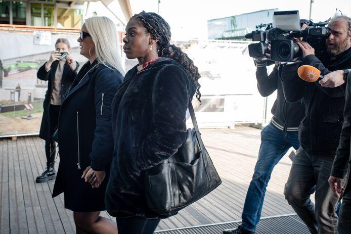 Imanuelle Grives (midden) arriveert met een vriendin bij de rechtbank in Antwerpen.