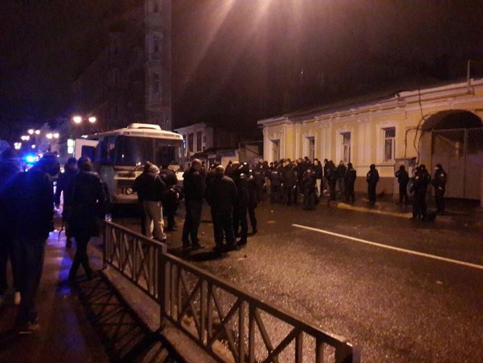 Agenten hebben gisteren meerdere mensen opgepakt na een vechtpartij bij een bar in Charkov.
