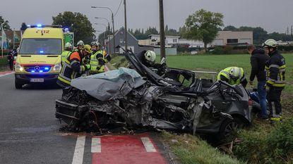 Bestuurster gewond na frontale botsing met vrachtwagen