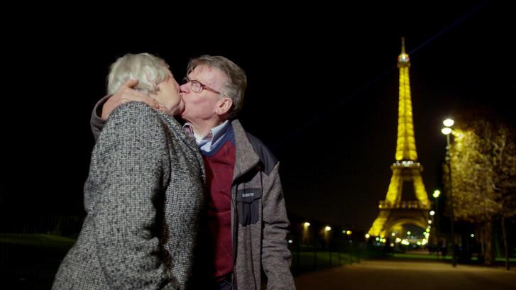 Riek (75) heeft de grote wens om haar buurman te kussen op de Eiffeltoren
