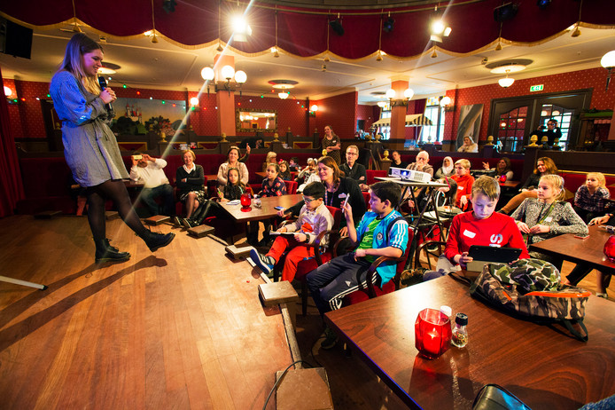 Kaatsheuvel Vloggers workshop in Theater van de Efteling uitleg van Pamela Kroes