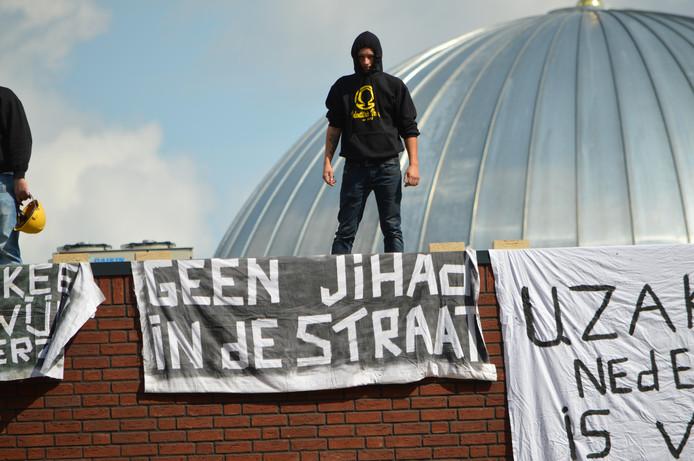 Actievoerders van Identitair Verzet tijdens een demonstratie tegen een moskee