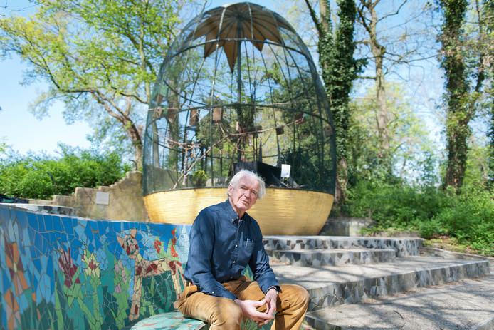 Peter Ghijsen voor de grote volière op het Vogeleiland, die hij begin jaren negentig ontwierp.