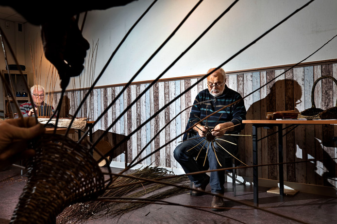 Stan Reniers (l) en Frans Habraken bezig met hun hobby.