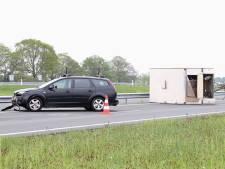 Auto met caravan botst op N50 tegen vangrail