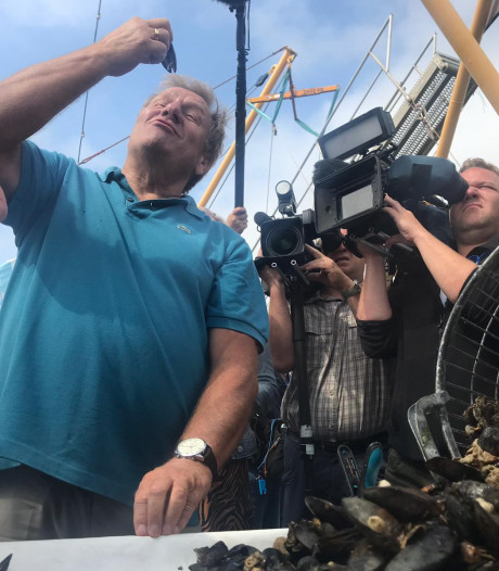 Mosselseizoen 2019 geopend: Jan Boskamp proeft de eerste