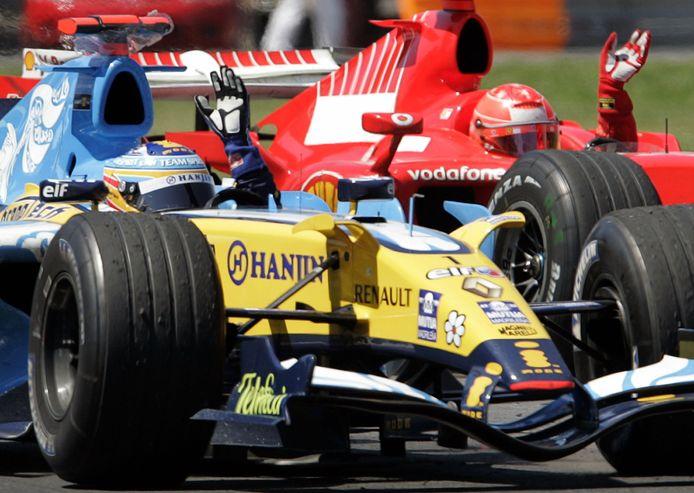 Fernando Alonso in de Renault in 2006, naast hem Michael Schumacher