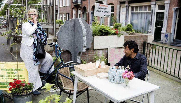 Anderhalve maand geleden was het tafeltje van buurtbewoner Mustapha Slaili onderwerp van discussie. Nu twisten bewoners van de Vrolikstraat met het stadsdeel om gevelbankjes. Foto Ruud van Zwet Beeld