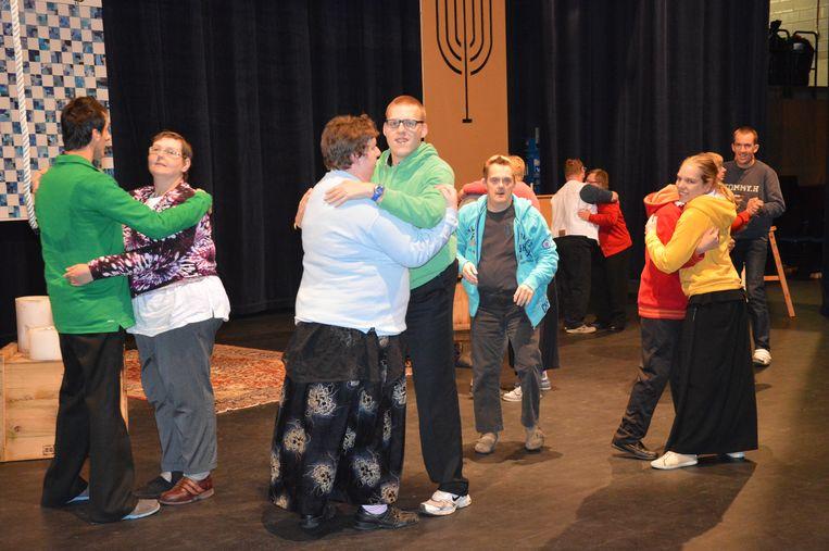 De bewoners van Schoonderhage tijdens de repetities in De Plomblom voor een toneelstuk van een paar jaar geleden.