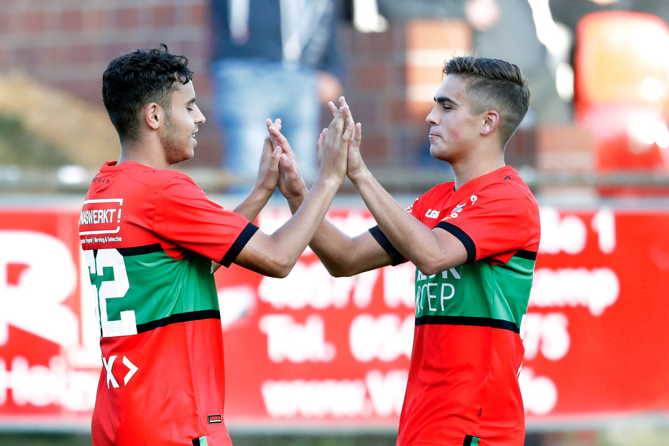 Ayman Sellouf (links) wordt door ploeggenoot Bart van Rooij in de voorbereiding op dit seizoen gefeliciteerd met een doelpunt. Donderdag scoorde de middenvelder ook tegen Racing Genk.