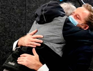 Gehandicapte Fred zorgt voor aandoenlijk moment in Nederland, als hij plots de minister tegen alle regels in een stevige knuffel geeft