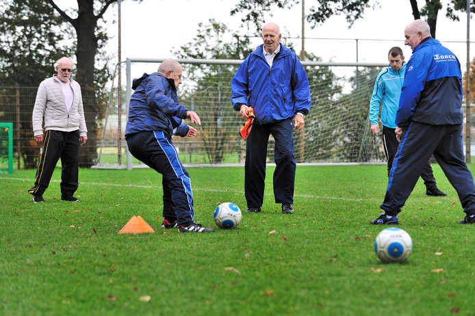 Rennen mag niet, koppen evenmin. De wandelvoetballers in Roosendaal zijn enthousiast elke woensdag op het terrein van DVO '60 inRoosendaal  Archieffoto peter van trijen