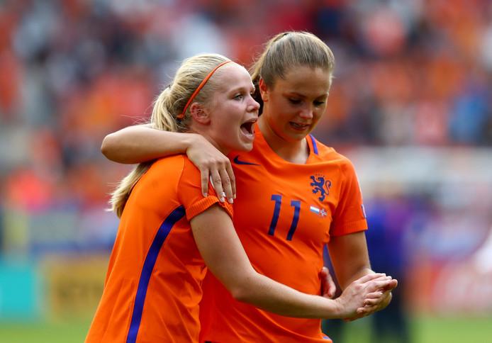 Kika van Es en Lieke Martens.