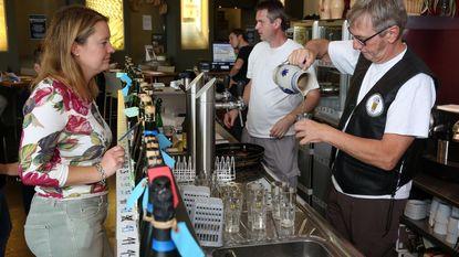 Liefhebbers proeven unieke lambiekbieren tijdens Bierweekend