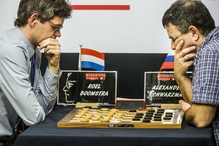 Roel Boomstra 'sjoelt' Alexander Schwarzman van dambord en is de nieuwe wereldkampioen