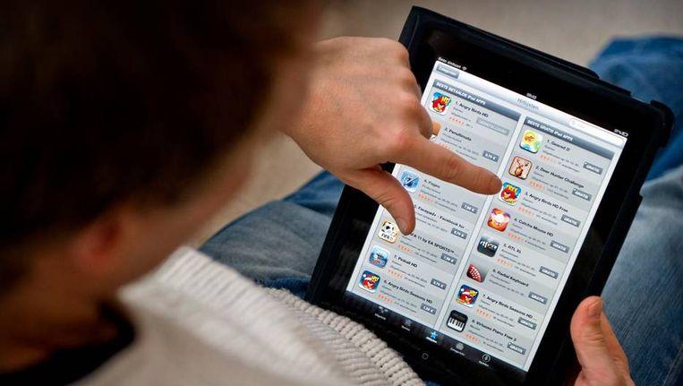 Jongen bekijkt App Store van Apple op een iPad.