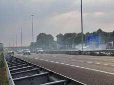 Rook bermbrand veroorzaakt ongeluk op A59, snelweg korte tijd afgesloten bij Waalwijk