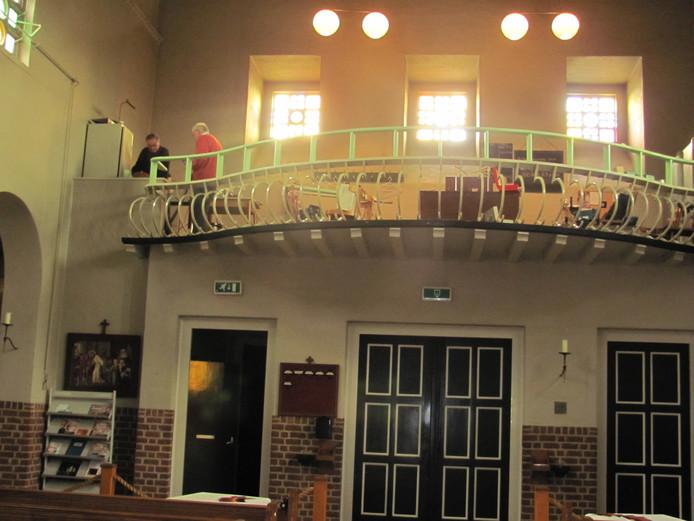 De verhoogde balustrade van het koor in de St.-Martinuskerk in Velddriel. Er is alleen nog een likje verf nodig.