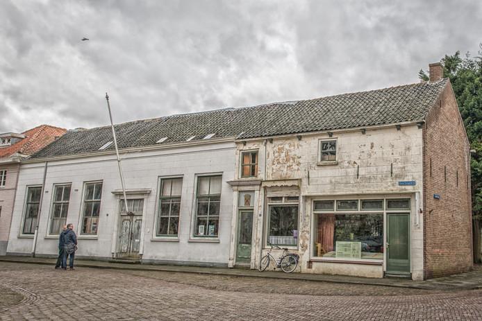 De herberg (l) en de voormalige slagerij aan het Geertesplein in Kloetinge.