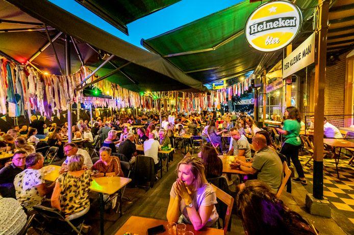 Het extra grote en volle terras bij cafe't Menneke aan de Kerkstraat tijdens de kermis